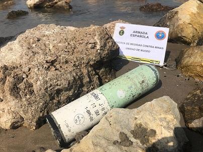 Especialistas en explosivos de la Armada realizan una salida para neutralizar una bengala de señales en Cullera (Valencia)