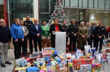 """La Armada entrega juguetes al Ayuntamiento de Cartagena como contribución a la campaña navideña """"Juguetea"""""""