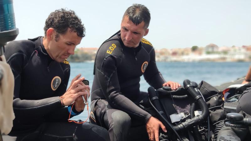 Buceadores de la Armada neutralizan dos proyectiles de artillería en Punta de s´Epero (Menorca)