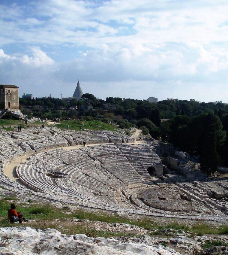 (Ilustración: Anfiteatro griego de Siracusa, Sicilia).