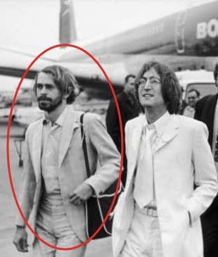 Alexis Mardas (izquierda) junto a John Lennon
