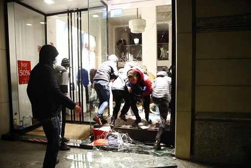 Sexta noche de algaradas y vandalismo en Barcelona con cinco detenidos bajo el lema ' nos habéis enseñado que ser pacíficos es inutil'