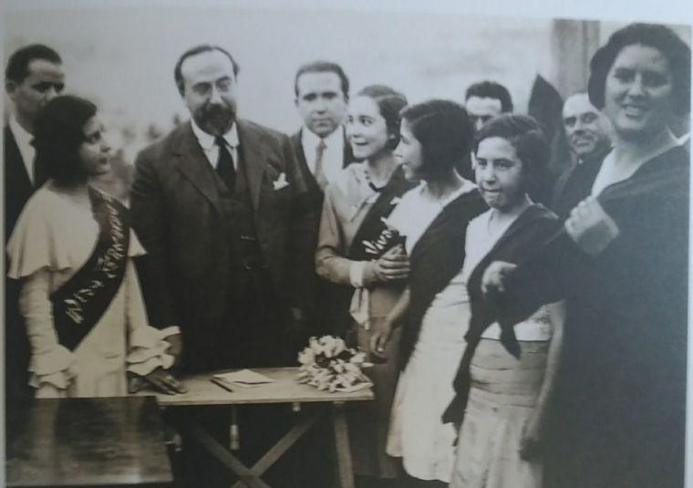 Fernando de los Ríos rodeado de alumnos