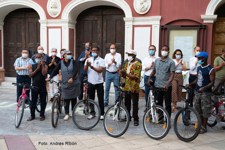 La Concejalía de Movilidad junto a Policía Local está colocando aparcabicis en todos los parkings privados y públicos cubiertos y al aire libre de Lorca para fomentar el uso de la bici y ofrecer aparcamientos seguros a los ciclistas