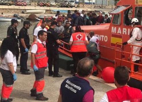 Guardia Civil y Salvamento Marítimo de Murcia intercepta ocho pateras y rescatan a 68 inmigrantes durante el fin de semana