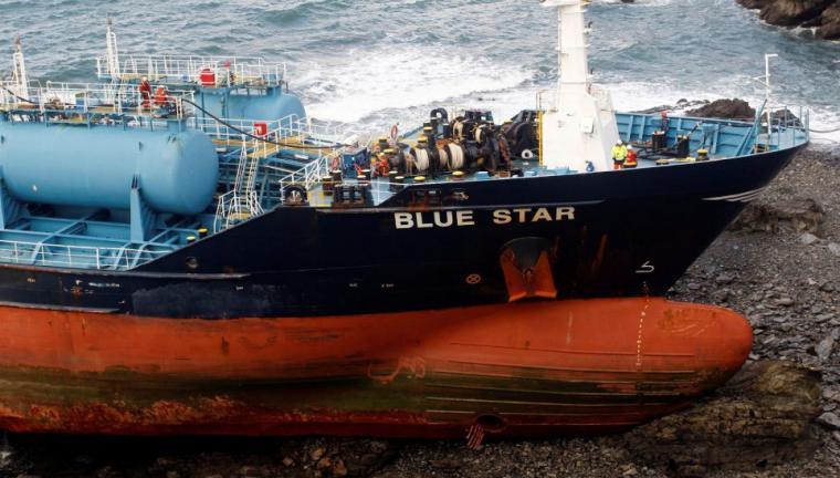 Hoy a mediodía  intentarán desencallar el 'Blue Star'
