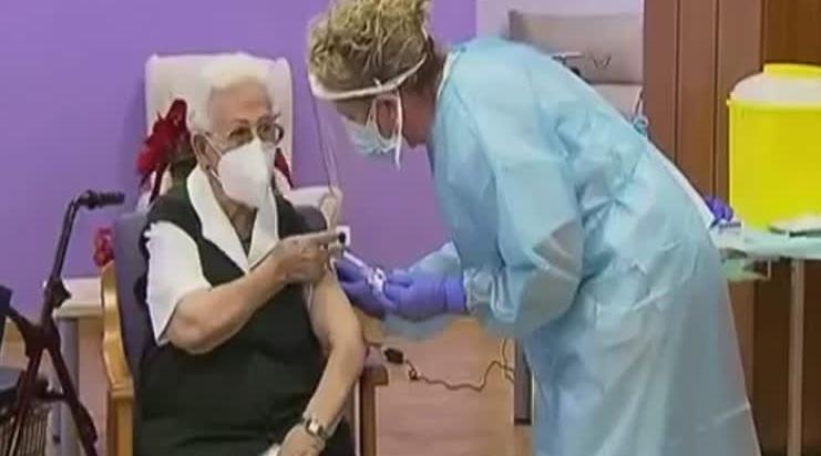 Una residente de 96 años de un centro de mayores de Guadalajara, la primera en vacunarse en España contra la covid-19