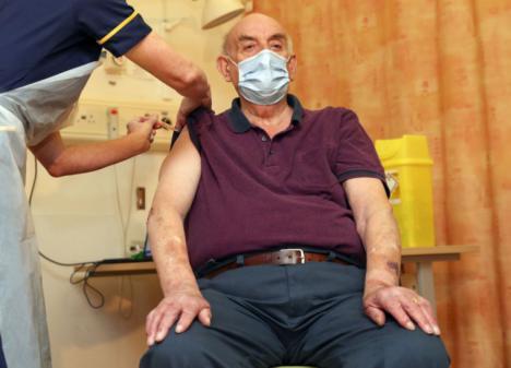 Primer inyectado con la vacuna de Oxford