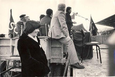 Pana, boina y tractores. Eran otros tiempos. Mitin de Felipe González en Albacete en 1979 utilizando un tractor como atril. (Foto: El País).