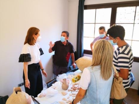 La alcaldesa y la edil de Cultura visitan a los participantes en el Proyecto de Investigación y Puesta en Valor de la Isla del Fraile