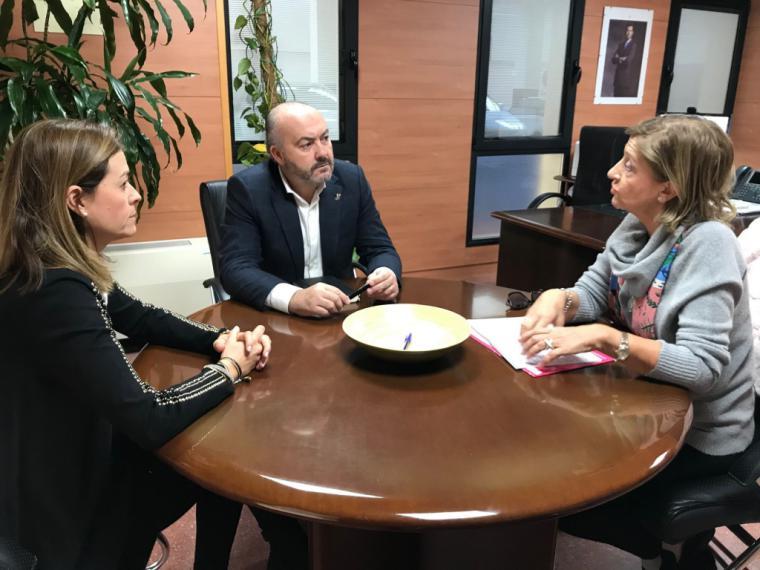 La alcaldesa y la edil de Sanidad trasladan al gerente del Área III su preocupación por las listas de espera que afectan a los aguileños