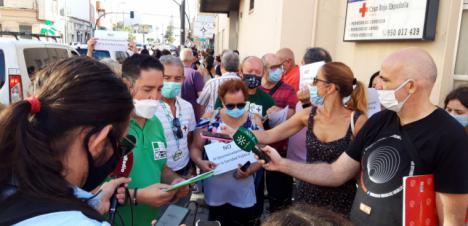 Más de 300 personas muestran su repulsa al cierre del Hospital Cruz Roja y anuncian una gran manifestación el jueves, día 30