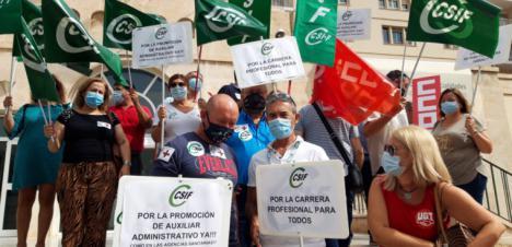 CSIF se concentra para reclamar la carrera profesional de todos los trabajdores de la Sanidad de Almería