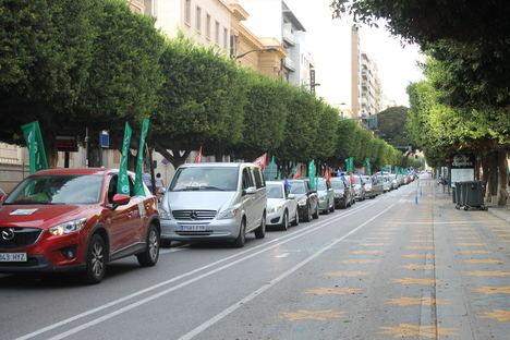 Una caravana reivindicativa recorre Almería para exigir más recursos en Educación para un curso seguro