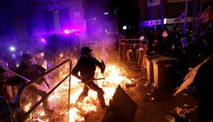 Enorme despliegue policial en Barcelona en la tercera jornada de protestas con cañón de agua incluido mientras la Generalitad y la Fiscalía pide cárcel para cuatro de los detenidos ayer