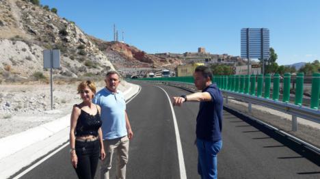 """Fulgencio Gil destaca la """"especial utilidad"""" del nuevo vial asfaltado de acceso al castillo desde el barrio de San José, que ya está abierto al tráfico rodado"""