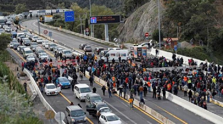 La policía francesa desaloja de su territorio a los delincuentes catalanes que han tomado la frontera dejando atrapadas a miles de personas
