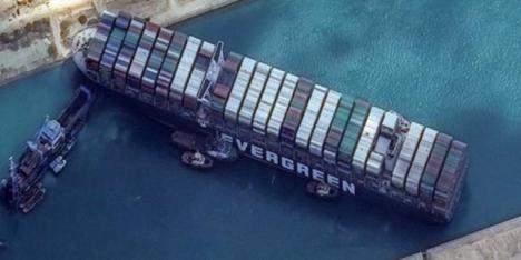 10 remolcadores y varias dragas han aprovechado la marea alta para desencallar el carguero