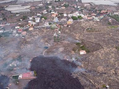 La lava que avanza mucho más lenta se encuentra a las puertas del barrio de Todoque
