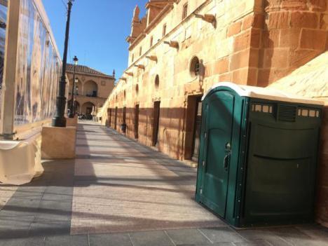 El Ayuntamiento de Lorca, en colaboración con Hostelor, lleva a cabo la instalación de ocho aseos portátiles en las inmediaciones de la Plaza de España y de la Calle Álamo