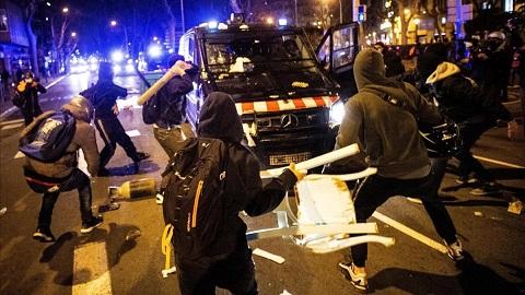 Los vándalos vuelven a hacer de las suyas en Cataluña con destrozos, saqueos de tiendas y el intento de prender fuego a la Bolsa de Barcelona