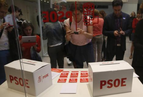 La militancia socialista dice sí al pacto con Podemos y silencia voces contrarias como las de Felipe González