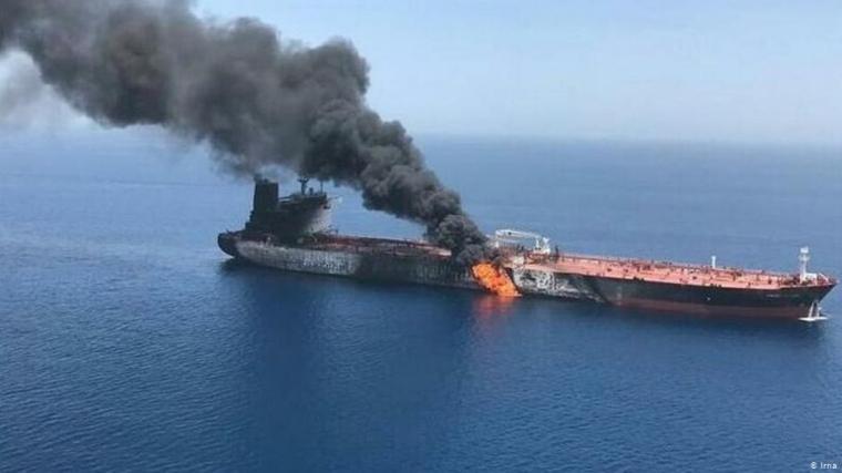 Un petrolero iraní bombardeado por misiles provoca un vertido en el Mar Rojo