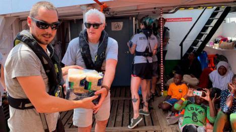 Richard Gere lleva víveres al barco 'Open Arms'
