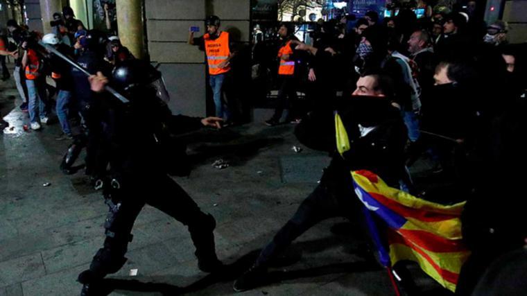 Cinco policías heridos y un mosso grave en Barcelona