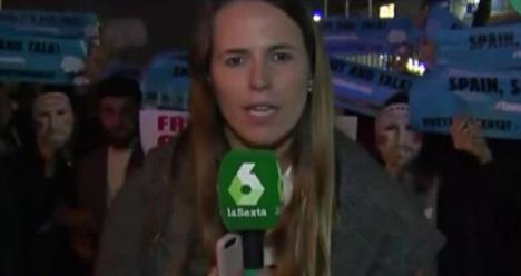 Independentistas radicales rodean con excrementos a una periodista de laSexta