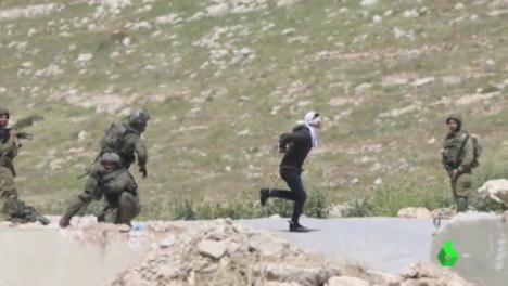 Soldados israelíes torturan a tiros a un estudiante de 16 años al que habían vendado los ojos