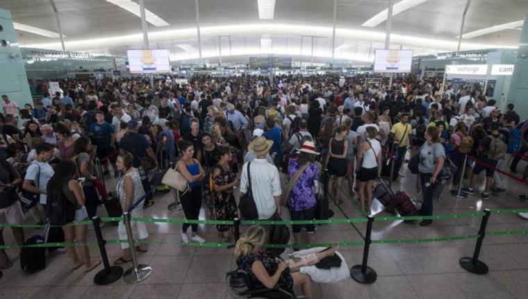 La huelga de los trabajadores en el aeropuerto del Prats enciende la llama de las reivindicaciones en otros aeropuertos.