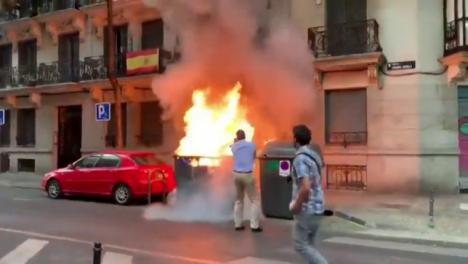 Pegan fuego a unos contenedores junto a la sede de Vox