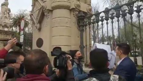 Incidentes en el primer día de Vox en el Parlament de Cataluña, con intento de agresión a Santiago Abascal