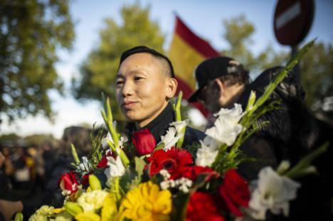 El dictador pasa al olvido arropado por el chino de Usera y entre insultos y empujones
