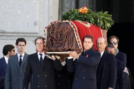 Los Franco perderán el ducado y los franquistas los 40 títulos con los que el dictador los premió