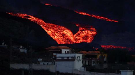 Es tanta la lava que emite el volcán que se desborda por uno de los canales
