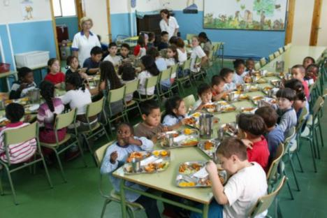 La alcaldesa ha lamentado que las ayudas comprometidas hace un mes por la Consejería de Política Social destinadas a becas de comedor sigan sin llegar al Ayuntamiento