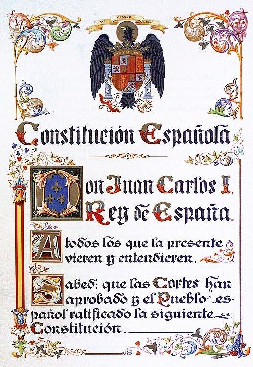 Primera página de la Constitución de 1978 con el escudo de la Transición, prácticamente igual al franquista.