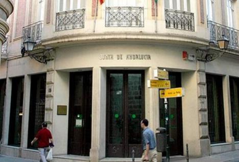 Un miembro del Comite de Empresa entregó en mano a la Secretaria de la Delegación de Igualdad de Almería el documento que acredita el trato de favor de la directora a la madre de una funcionaria en perjuicio del resto de residentes