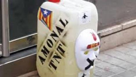 Cinco bidones con líquido verde, la inscripción TNT y una bandera de España han sido depositadas esta noche en las sedes de Esquerra, en la Consellería de interior, la CUP, Òmnium y ANC