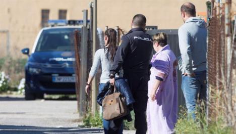 Un hombre mata a sus dos hijas en Castellón y una mujer es asesinada por su pareja en Maracena.