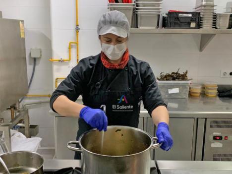 La Asociación El Saliente y la Fundación Almeriense de Personas con Discapacidad distribuyen menús a familias con escasos recursos
