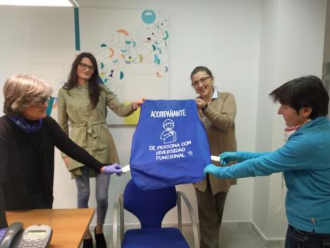 El Ayuntamiento de Lorca pone a disposición de los acompañantes de personas con diversidad funcional un peto azul como distintivo con el que poder salir a la calle