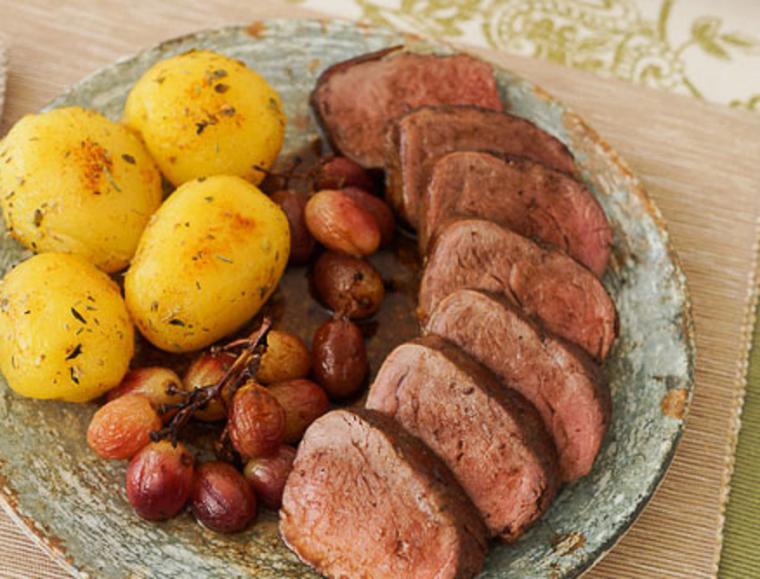 Solomillo de cerdo ibérico al horno con uvas y patatas