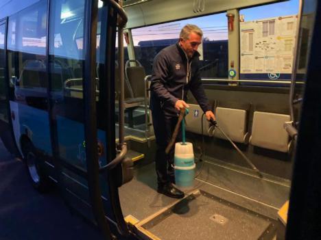 Limusa empresa municipal de limpieza de Lorca multiplica su operativo de limpieza desinfectante en la red viaria y transporte urbano, así como en el interior de estancias municipales y consultorios médicos