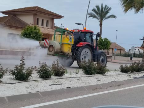 Alrededor de 70 tractores participan en las labores de desinfección realizadas por agricultores y ganaderos en las pedanías de Lorca en las que ya se han empleado más de 200.000 litros de desinfectante