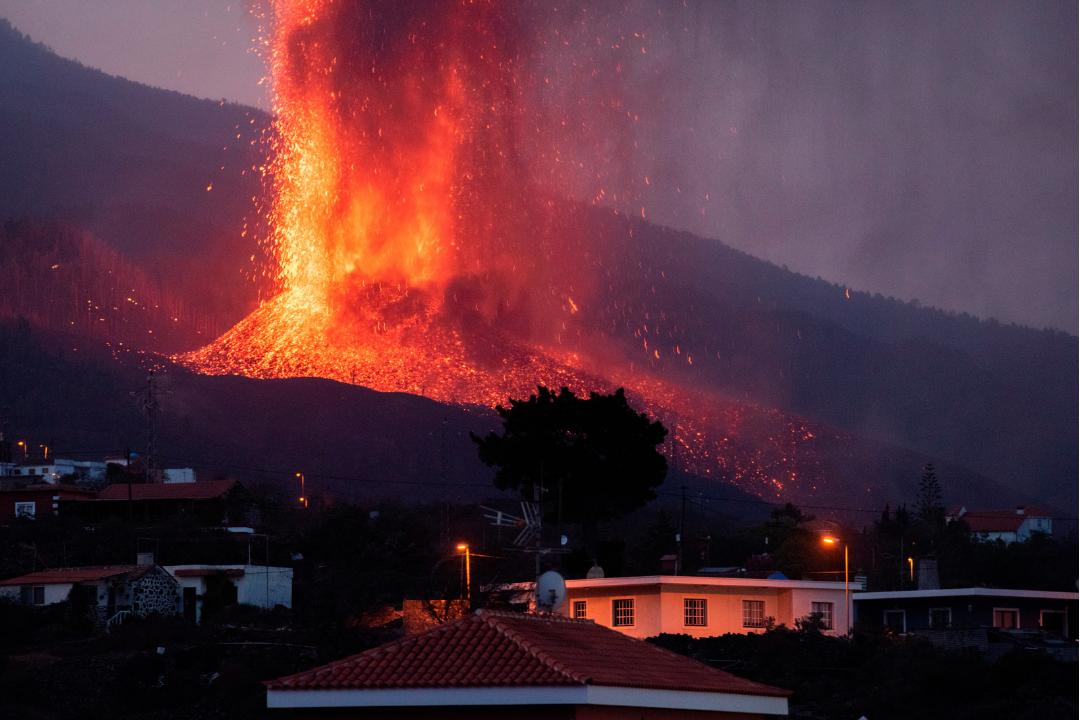 La lava arrasa ha arrasado ya, cerca de 200 hectáreas, se ha llevado 420 edificaciones y algo mas de 15 km carreteras han desaparecido