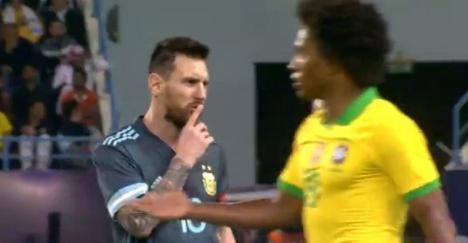 Messi y el entrenador brasileño se enfrentan en una agria discusión, durante el amistoso entre Brasil y Argentina