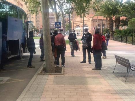 La Policía Local de Lorca entrega 3.000 mascarillas a los trabajadores agrícolas